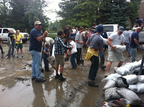 Alpine residents work to retain flooding with sandbags and shovels. Photo courtesy of Jessica Frazier