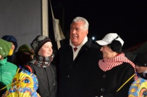 President Uchtdorf (middle) with his wife Harriet (left) enjoy the spirit of Christmas at the market on Dec. 5. (Photo courtesy Allyson Chard).
