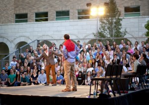 """London actors perform Shakespeares """"Much Ado About Nothing"""" in the JFSB courtyard. (Jeff Martin)"""