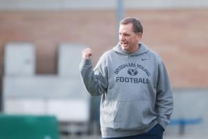 Offensive coordinator Ty Detmer instructs the offense on Thursday. (Ari Davis)